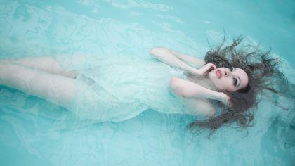 È del colore del mare il tuo beauty case per l'estate