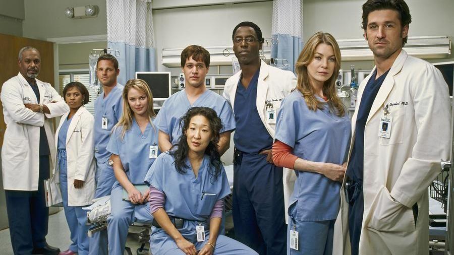 Il cast della prima stagione di Grey's Anatomy. Foto frontale, sono in ospedale.