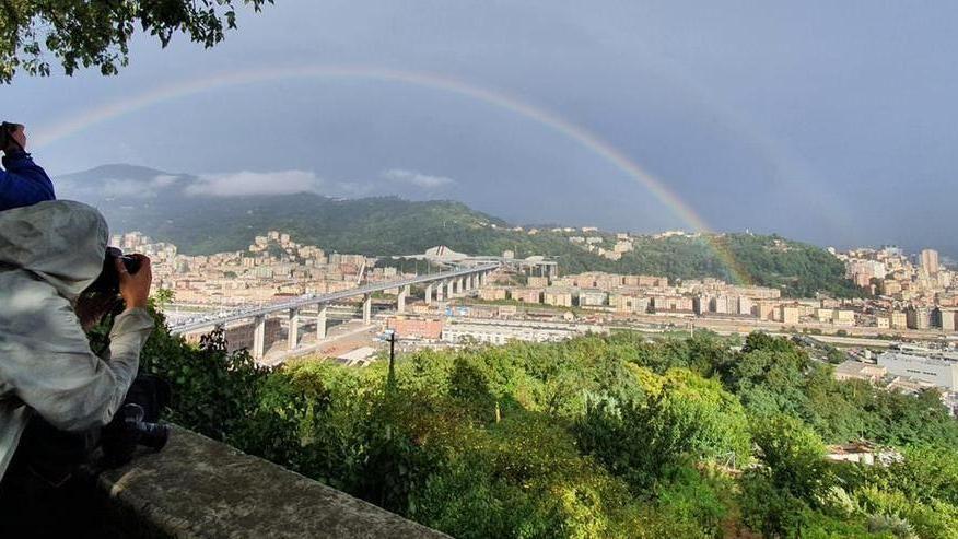 Un arcobaleno sul nuovo Ponte Genova San Giorgio