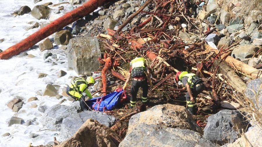 Il maltempo continua a uccidere, due operai morti e due corpi in mare