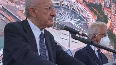 """Salerno, De Luca inaugura in lacrime Piazza della Libertà: """"Un'opera che in Italia si realizza ogni 500 anni"""""""