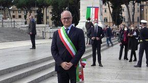 """Roma, la prima volta di Gualtieri con la fascia tricolore. I cittadini lo incoraggiano: """"Ora pedalare"""""""