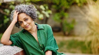 Arundhati Roy: «Il virus ha costretto l'India a guardare in faccia violenze e povertà»
