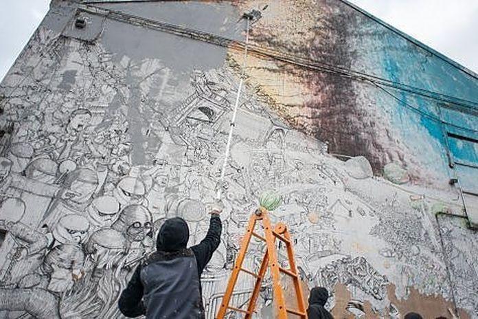 Vendita Letto A Castello Usato Bologna.Street Writer Blu Destroys His Works In Bologna In Fight Against