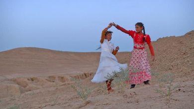 Tra balli sulle dune e costumi ottocenteschi la guerra in Iraq è un racconto per bambini