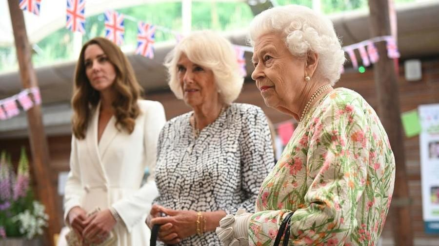 G7, the queen steals the scene in Cornwall