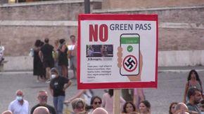 Roma, leghisti in piazza con i No Pass tra gli insulti a Draghi e Speranza
