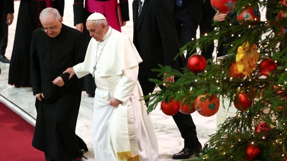 Albero Di Natale Zecchino Doro.Il Grazie Del Papa Ai Bambini Malati Che Hanno Addobbato L Albero Di Natale In Piazza San Pietro La Stampa