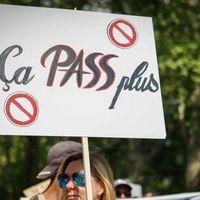 Francia, con l'obbligo di green pass si dimezza il numero di spettatori nei cinema