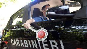 Finisce in auto contro un muro col figlio a bordo e rifiuta l'alcoltest: guidava con la patente sospesa