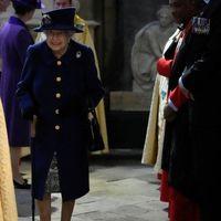 Regno Unito, la prima volta della regina Elisabetta con il bastone a un evento pubblico