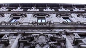 Milano, il primo consiglio comunale è uno show: tra silenzi, menefreghismo e manifestanti contro la lobby nera