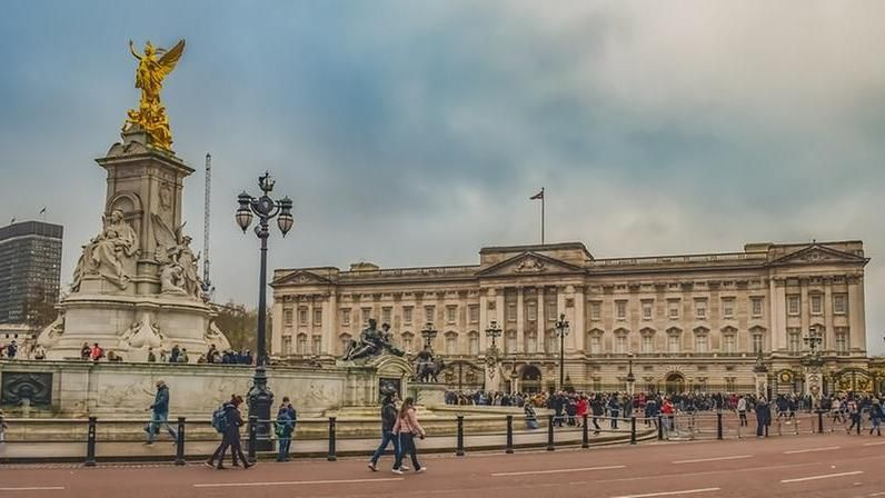 Elisabetta Ii è In Vacanza E Buckingham Palace Apre Le