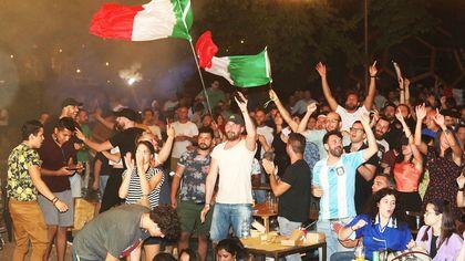 Campioni d'Europa, fuochi e caroselli per gli Azzurri: le immagini della festa a Firenze