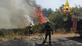 Vasto rogo nell'Oristanese, 100 persone allontanate da casa. Le fiamme sono arrivate al centro di Cuglieri. Sul posto 5 Canadair, il Super Puma e 5 elicotteri