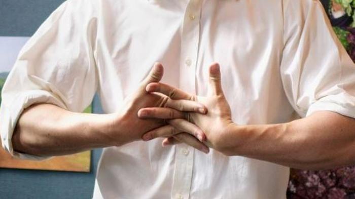 Scrocchiarsi le dita può essere un'abitudine pericolosa?