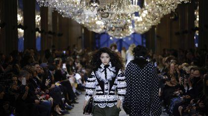 Louis Vuitton: la sfilata è un ballo in maschera
