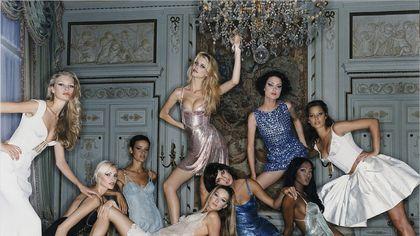 """Claudia Schiffer e i folli anni 90: """"Noi modelle eravamo come rockstar: avevo un bodyguard anche per la biancheria"""""""