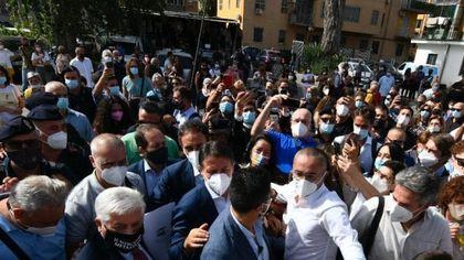 """Conte, bagno di folla a Napoli: """"Un patto solido per far ripartire la città con Manfredi"""""""