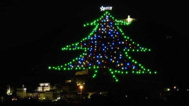 Albero Di Natale Piu Grande Del Mondo.In Umbria L Albero Di Natale Piu Grande Del Mondo Br La Stampa