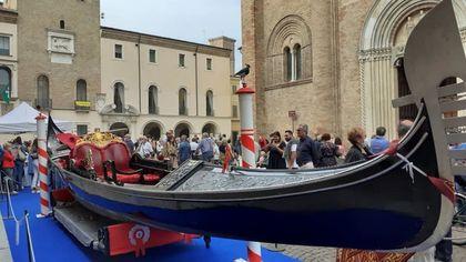 """Crema, in piazza Duomo spunta una gondola: """"Così celebriamo il legame con Venezia"""""""