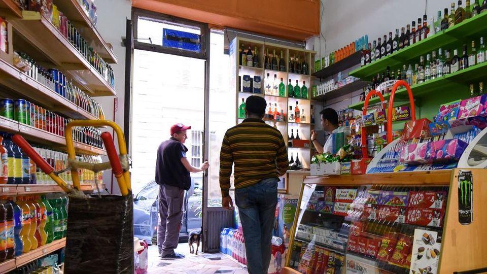 Stretta sui market etnici, gelo Sala-Appendino - La Stampa