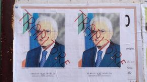 """""""Mattarella traditore"""": sui muri i manifesti che fanno vergognare Gattinara"""