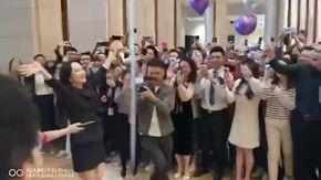 Cina, Lady Huawey fisce la quarantena e torna in azienda: la gioia dei dipendenti è incontenibile