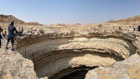 """Yemen, per la prima volta speleologi si calano sul fondo del """"Pozzo dell'Inferno"""" per oltre 110 metri"""
