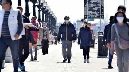 25 aprile col sole, a Bari tanti a passeggio nonostante i divieti per il Coronavirus. Ma i controlli sono serrati