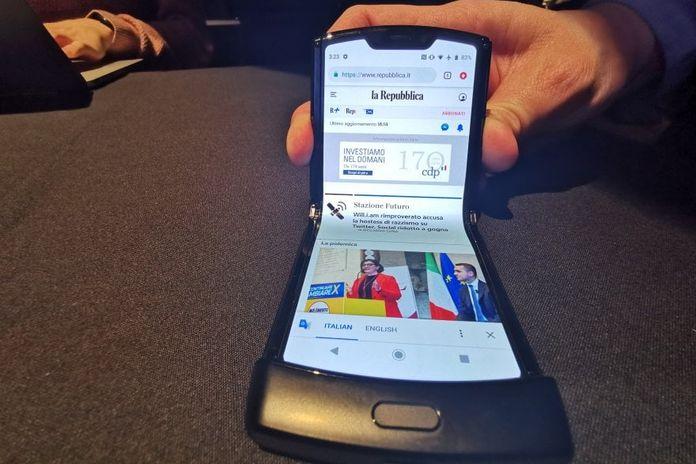 Motorola Razr, il ritorno della 'conchiglia' con schermo pieghevole