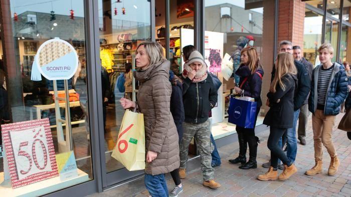 """online retailer 83ff6 6a0b0 Saldi, buona la prima: """"Vendite su del 3%""""<span class="""