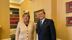 Merkel incontra Berlusconi, una foto consacra la pace