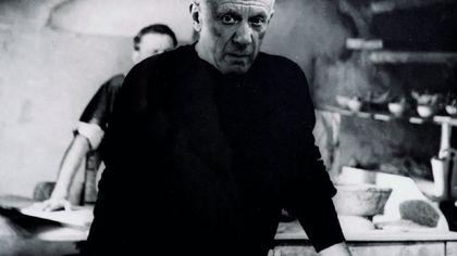 Travestimenti, scherzi e parodie: gli scatti del Picasso segreto in mostra a Roma