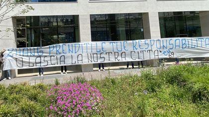 Inter, striscioni di protesta sotto la sede del club