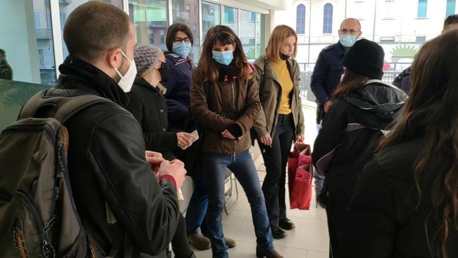 Le militanti davanti all'atrio de La Stampa