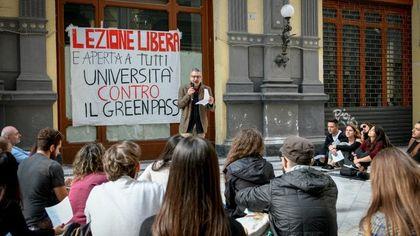 """Napoli, il prof no Green Pass fa lezione all'aperto:  """"L'obbligo ricorda gerarchi nazisti"""""""