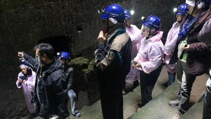 Ercolano, turisti in fila per visitare l'antico teatro sotterraneo