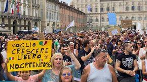 """""""Giù le mani dai bambini"""", """"Non siamo lobotomizzati dai media"""", """"Stop alla dittatura sanitaria"""": i No Green Pass ancora in piazza"""