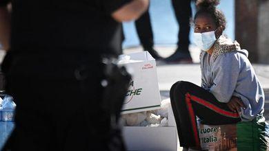 I migranti a Lampedusa, l'isola che non c'è: «Nel nostro Paese devastato non abbiamo più nulla»