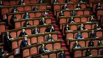 Così un Parlamento deprimente, svuotato di persone e potere, aspetta di essere tagliato