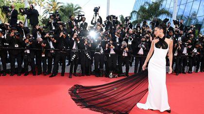 Da Bella Hadid a Helen Mirren: gli abiti più belli sfoggiati a Cannes nella prima serata