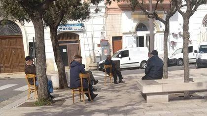 Seduti all'aria aperta, ma a distanza di sicurezza: la giornata dei pensionati a Polignano