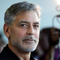 George Clooney compie 60 anni: dagli horror look degli esordi allo stile classico hollywoodiano la sua evoluzione dello stile