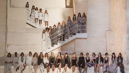 Chanel, la collezione Crociera corteggia la Generazione Z, tra Jean Cocteau e Charlotte Casiraghi