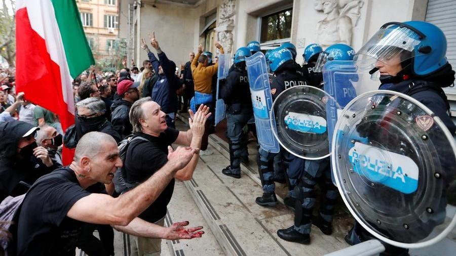 """Green Pass, i manifestanti no vax assaltano la sede della Cgil. Landini: """"Squadrismo fascista, domani assemblea generale"""". Forza Nuova: """"Ci prendiamo la capitale"""" - La Stampa"""