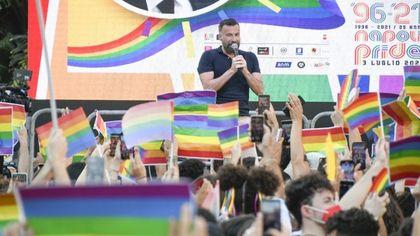 """Napoli Pride: colori, gioia e voglia di diritti """"Rispettateci: subito il via libera al disegno di legge Zan"""""""