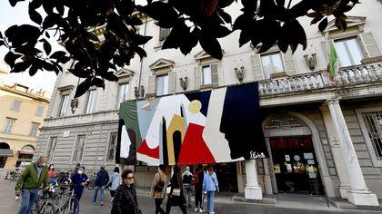 Parma, esposta sul palazzo della Provincia la grande tela per l'Afghanistan - foto
