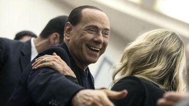 """Berlusconi su Facebook: """"Commosso""""<br /> E Silvio si scoprì amico dei magistrati"""