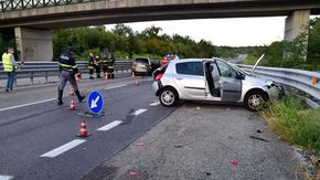 Auto urta una vettura ferma sulla piazzola della superstrada: grave una donna